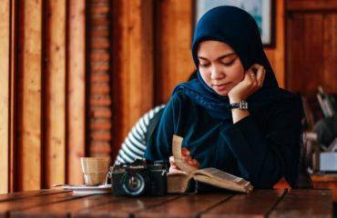 woman reading in coffee shop